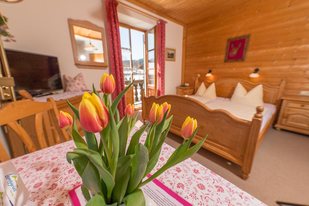 """Gästezimmer """"Enzian"""" mit Balkon"""