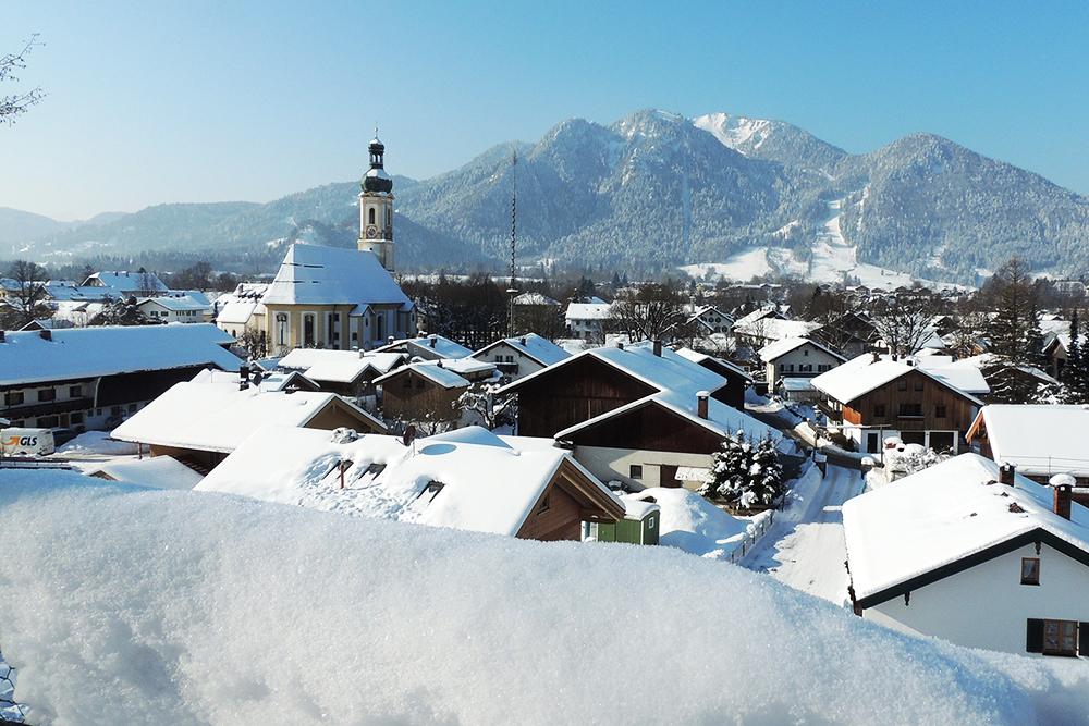 Winterlicher Blick über Lenggries zum Brauneck