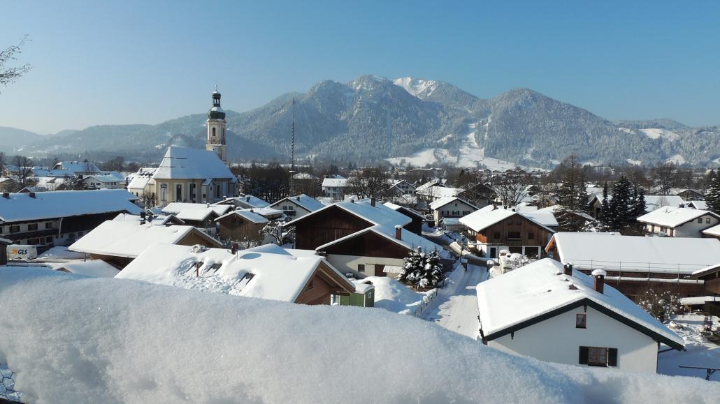 Blick über das winterliche Lenggries mit Brauneck